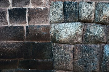 Contraste entre muro Inca e Colonial