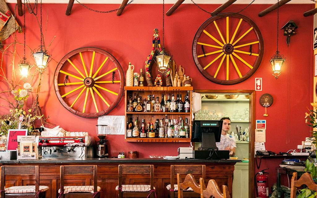 Balcão à entrada do Restaurante A Charrette