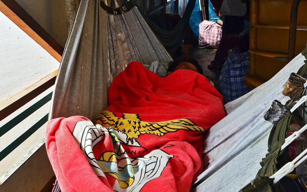 Cama de rede benfiquista no ferry para Iquitos