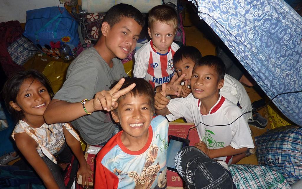 Crianças no ferry para Iquitos