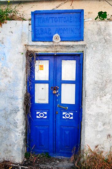 porta azul cobalto em thirassia