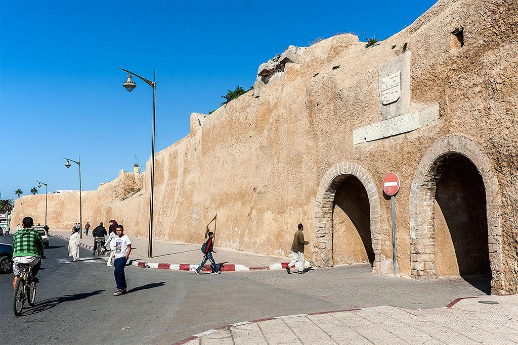 oeste da muralha, na rua do suez