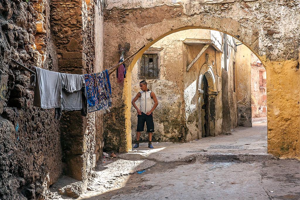 roupa a secar e rapaz junto a arco em mazagão