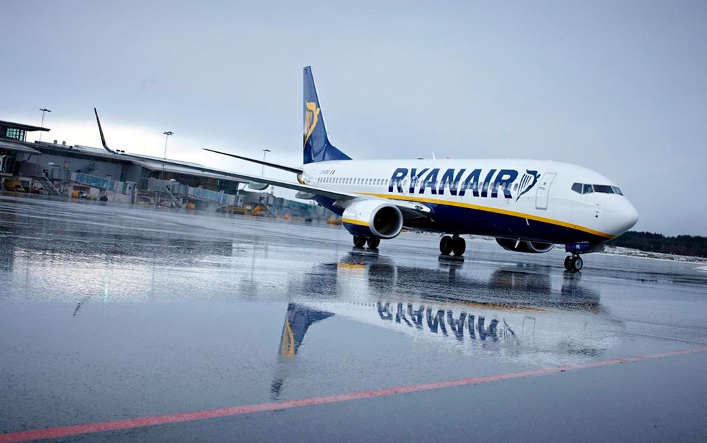 avião Ryanair na placa do aeroporto
