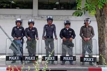 policias-alinhados-banguecoque