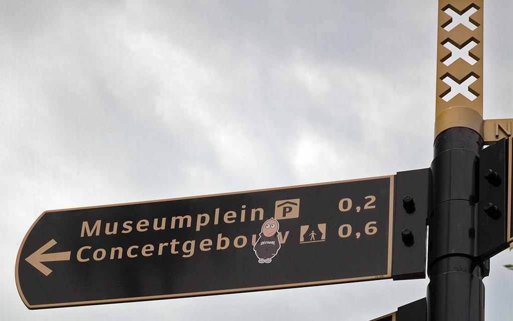 Placa com indicação de direcções em Amesterdão