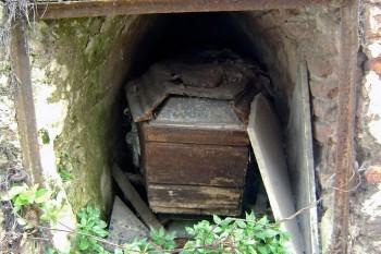 Túmulo abandonado no cemitério de Recoleta.