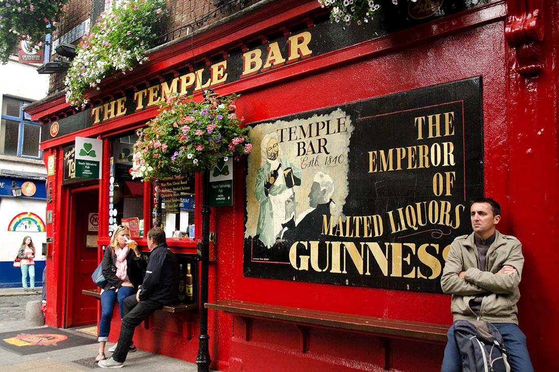 pessoas junto ao Temple Bar