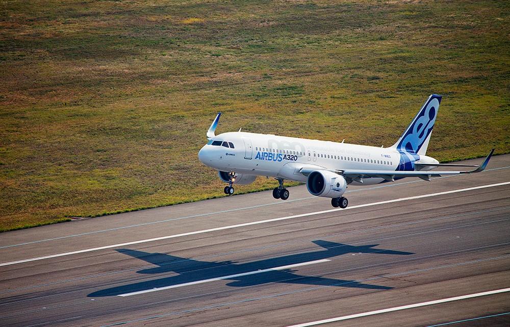 Aterragem de Airbus A320neo depois do primeiro voo de testes