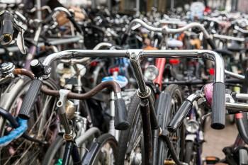 Bicicletas junto estação central de Amesterdão