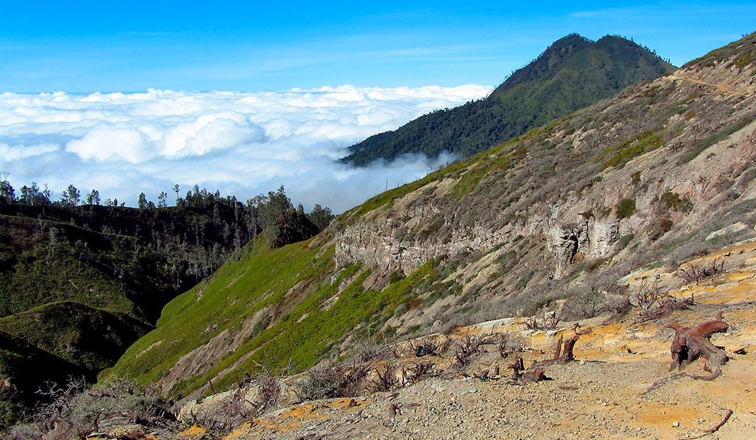núvens no topo do vulcão ijen