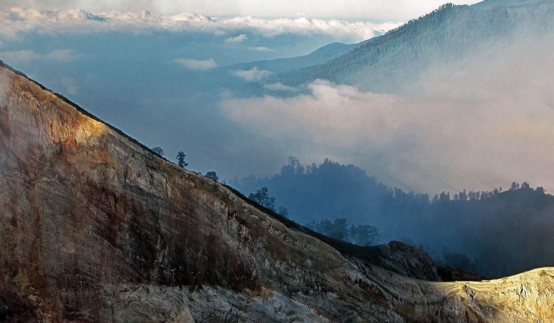nevoeiro nos bosques que envolvem Kawah Ijen