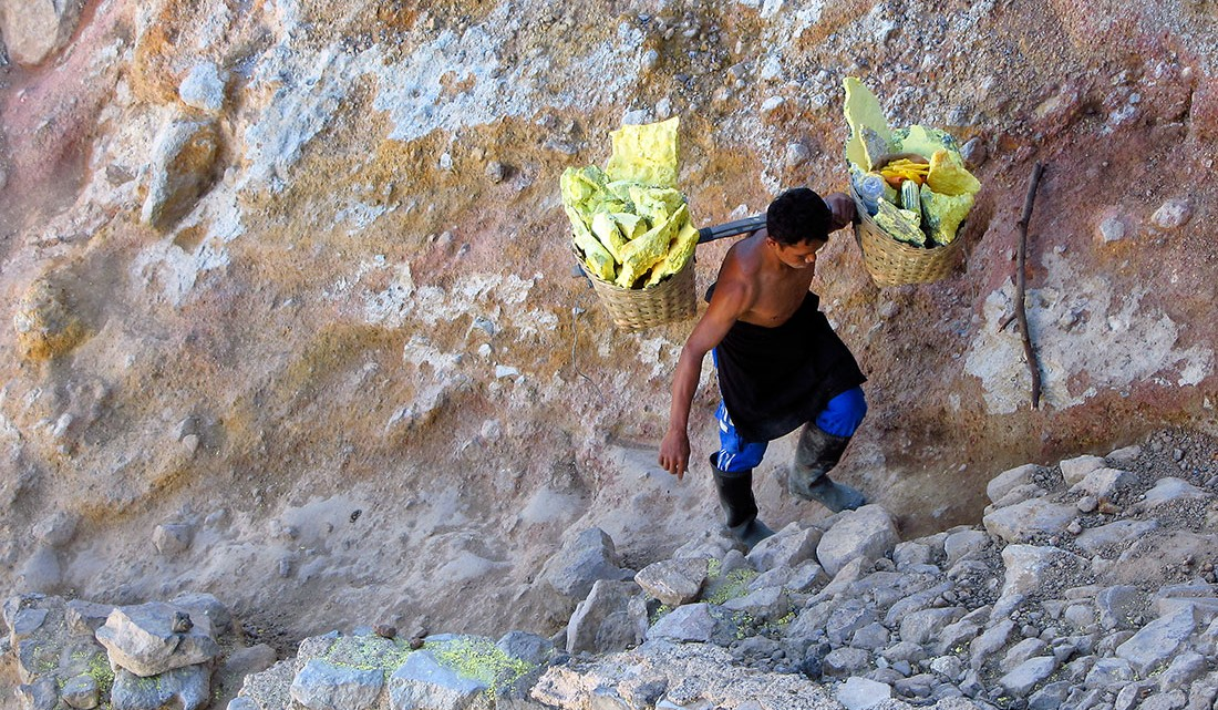 carregador a subir vulcão com cestos carregados