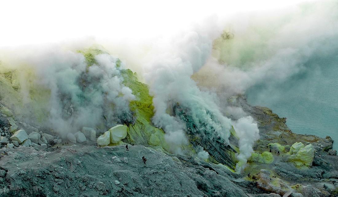 os vapores de enxofre libertados tornam o ar praticamente irrespirável