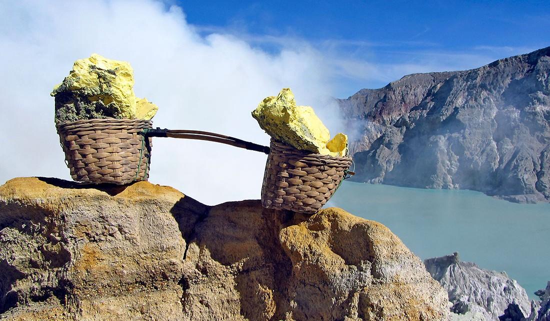 cestos carregados com pedras de enxofre