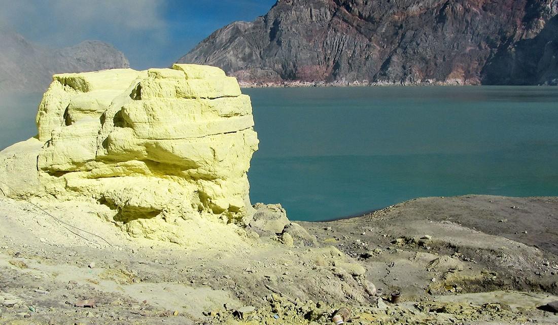 pedra de enxofre junto ao lago na cratera de Kawah Ijen