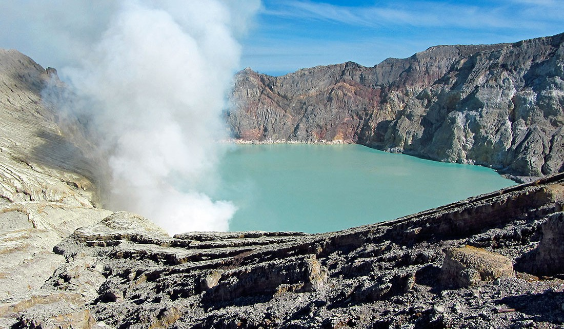 lago azul-turquesa do vulcão Ijen, na Indonésia