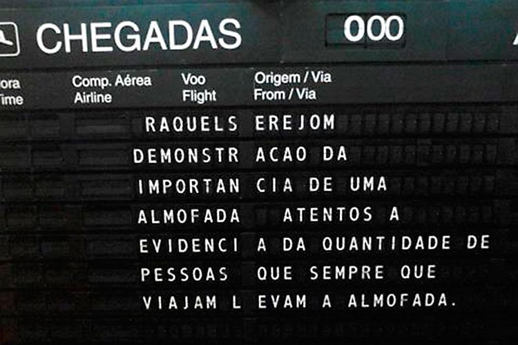story Generator no painel de chegadas do aeroporto