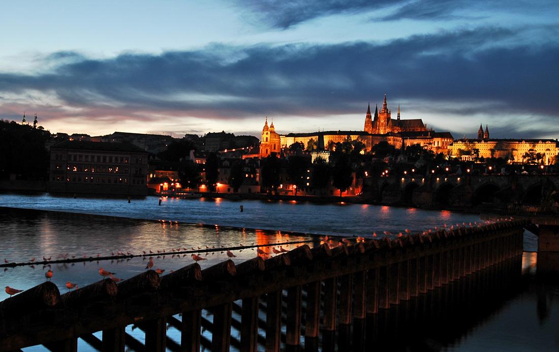 anoitecer junto ao castelo de Praga