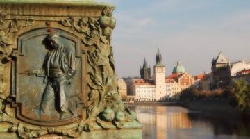 escultura em ponte do rio Vltava