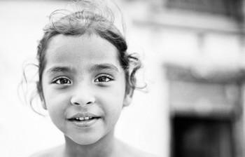 fotografia de criança a sorrir na Índia
