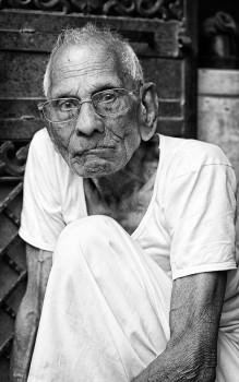 idoso de óculos na Índia