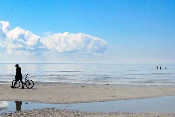 praia na baia em parnu, mar báltico