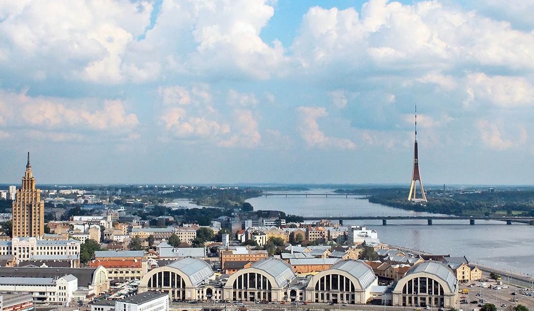 vista da cidade de riga com rio daugava