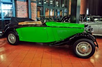 Um aspecto da principal sala com carros clássicos do museu Rehmi Koc