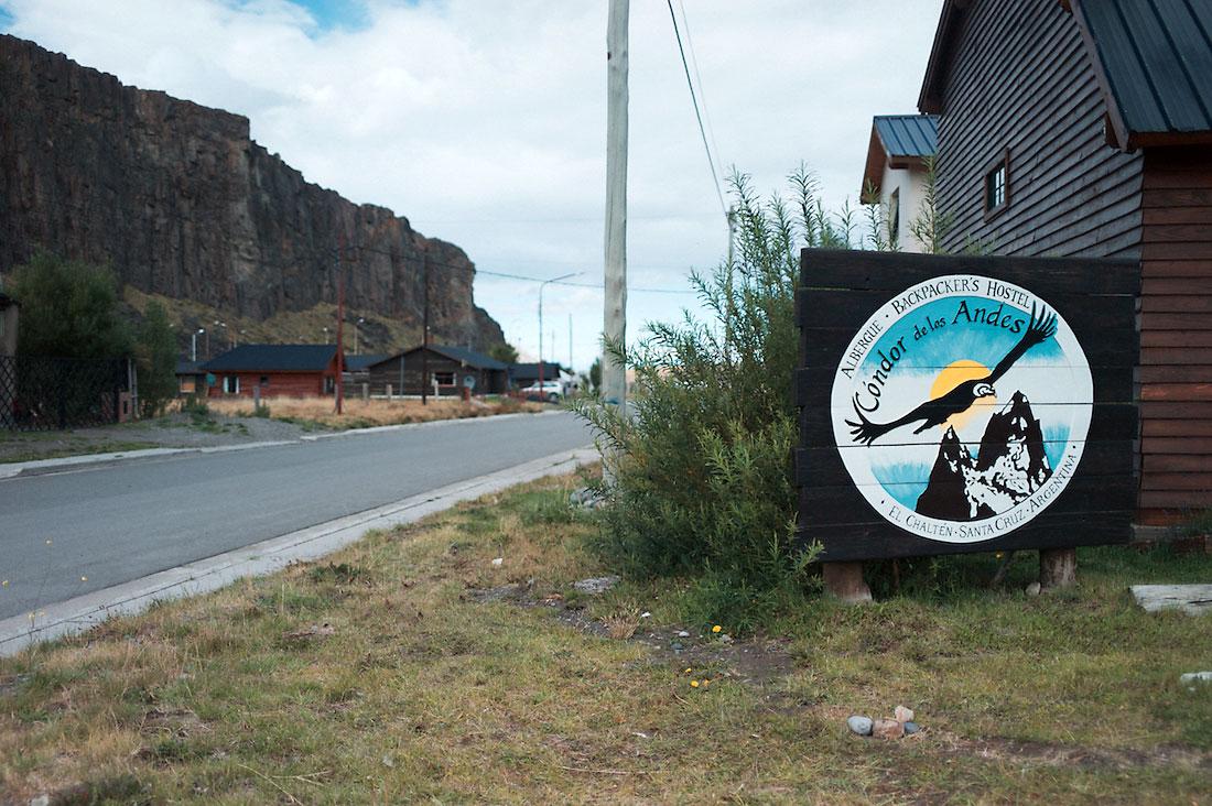 Placard com publicidade ao hostel Condor de los Andes