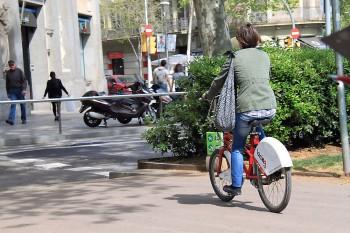 Bicicleta na marginal de Barcelona