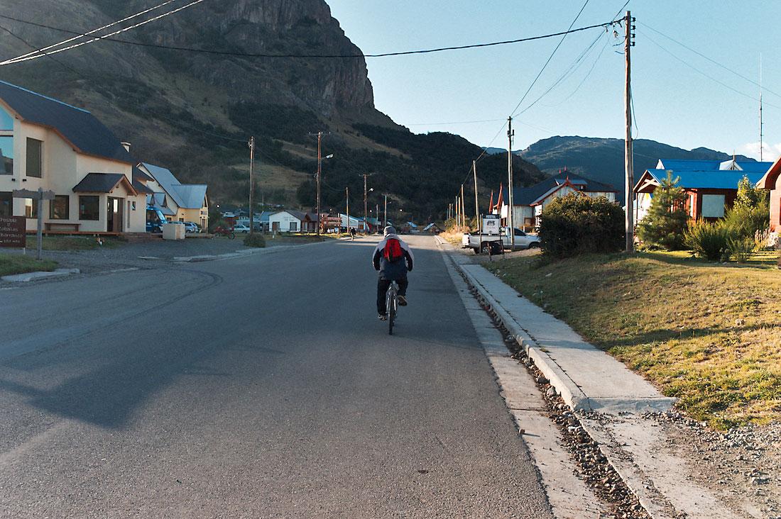 ciclista na zona turística de El Chalten, Argentina
