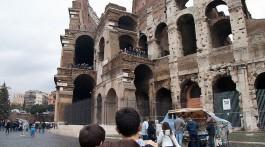 Crianças junto ao Coliseu em Roma, Itália
