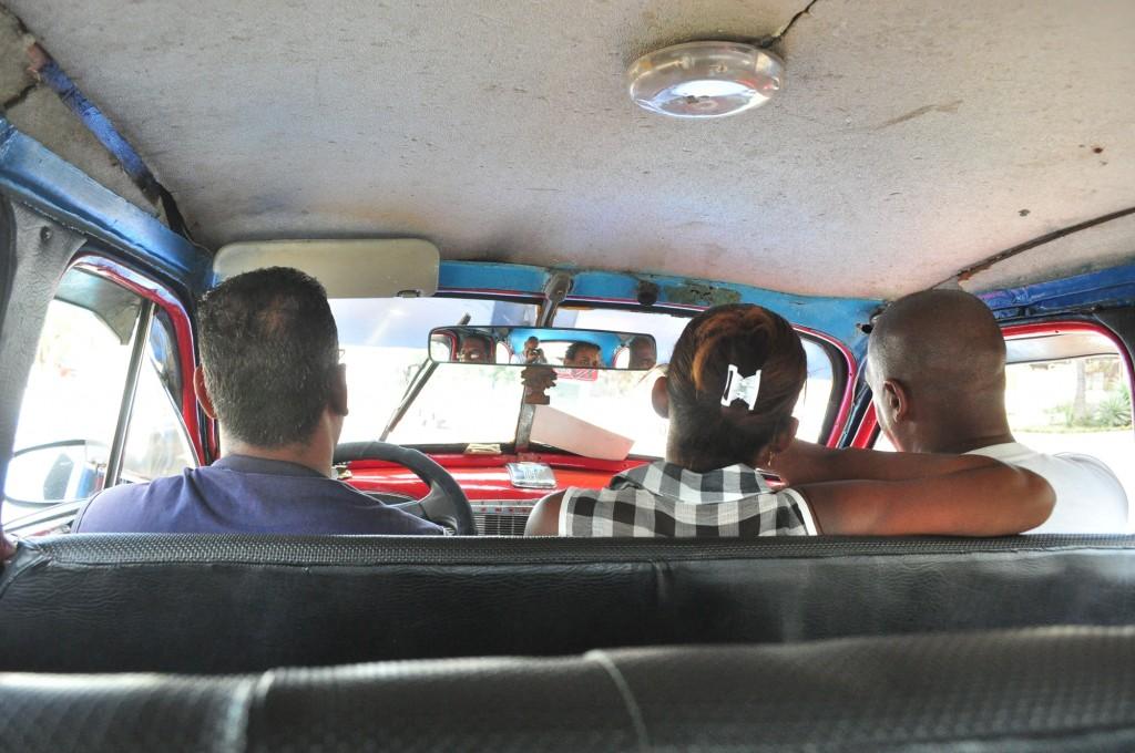 Um táxi colectivo em Havana. Em vez de 10 Eur para um táxi comum, para turistas, 0,30 Eu pelo mesmo percurso, como fazem os locais.