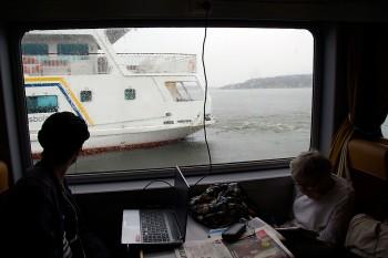 Família no interior de um ferry nos canais de Estocolmo