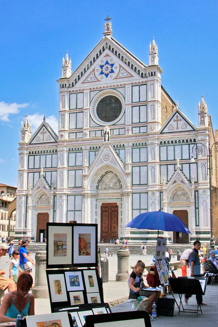 Artistas junto à entrada da igreja de Sta Cruz em Florença