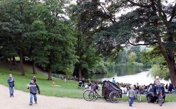 Parque com gente na cidade de Copenhaga