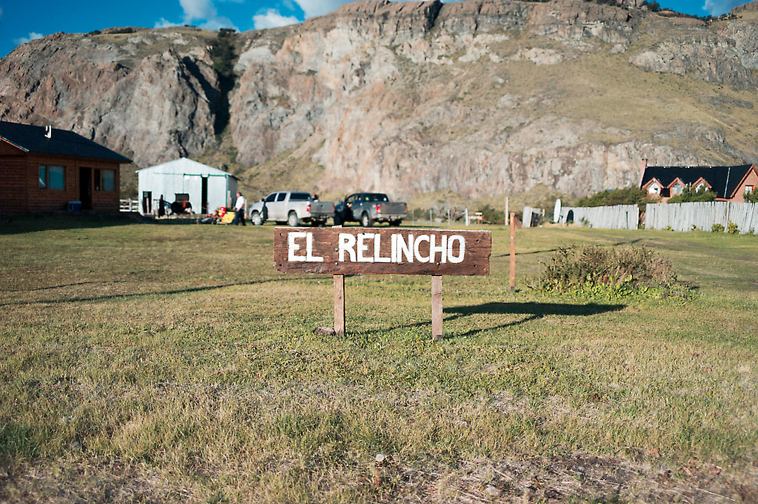 placa de madeira do rancho el relincho
