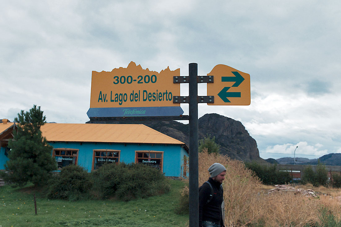 Placa toponímica e turista em El Chalten
