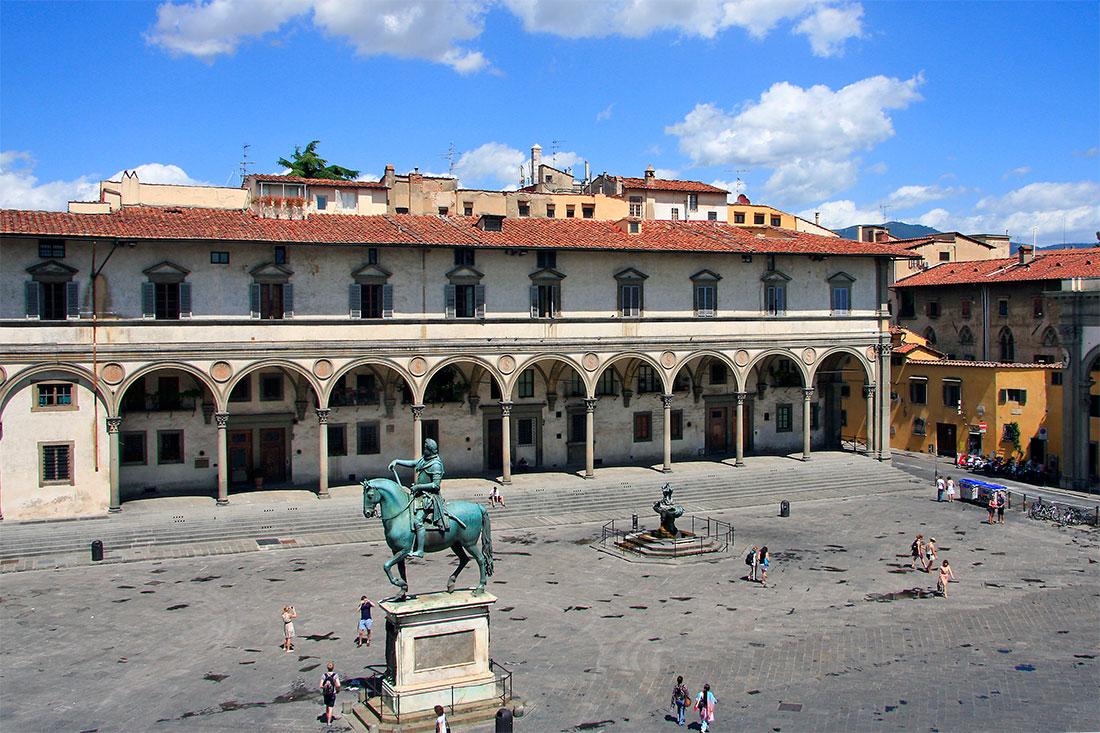 Cavalo e edificio na praça da Santíssima Annunziata