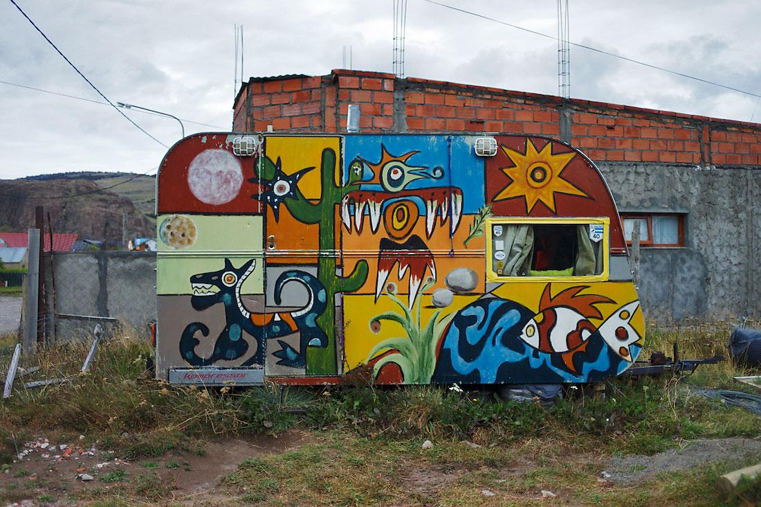 roulote pintada com cores fortes e coloridas para turistas