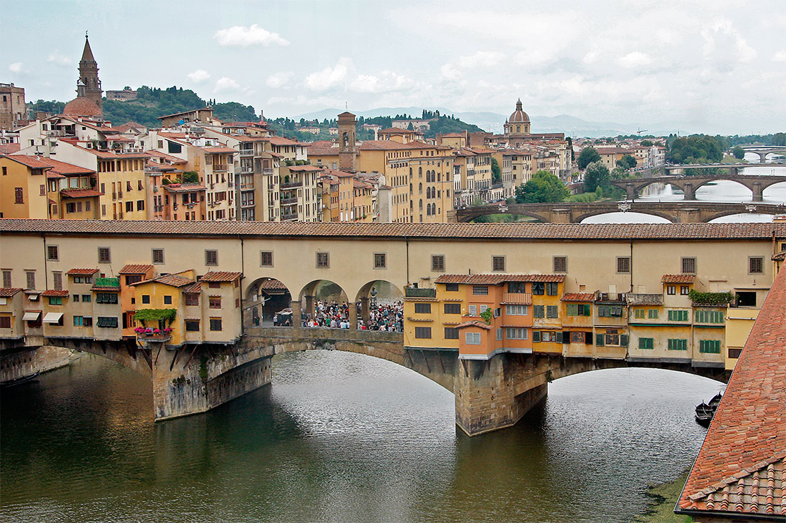 Pontes de Florença, com ponte de Vecchio em primeiro plano