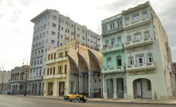 Fachada. A Casa Blanca é a da direita, varanda do lado direito do primeiro andar.