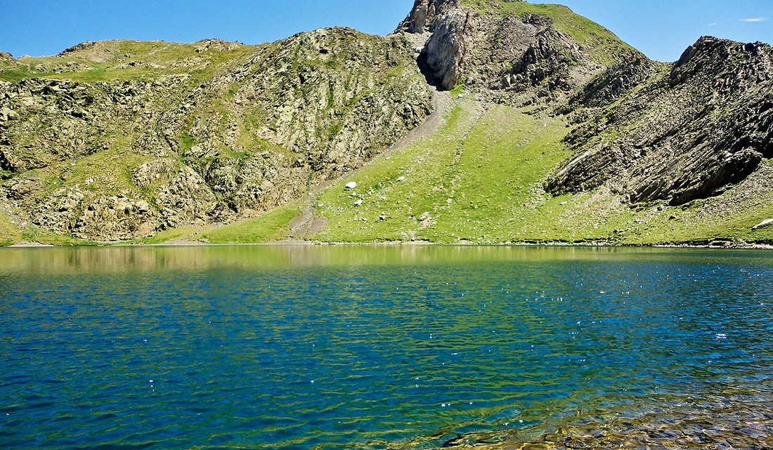 água cristalina de um lago nos Pirenéus