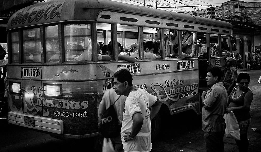 autocarro junto à paragem na cidade de Iquitos