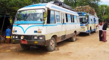 Paragem de autocarros em estrada de terra, em Myanmar