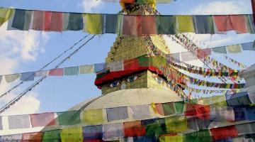bandeiras de oração budistas em volta da stupa de boudhanat