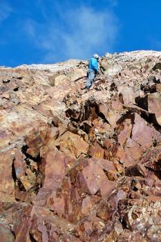blocos de rocha vermelha na subida ao Pic Longue Vignemale