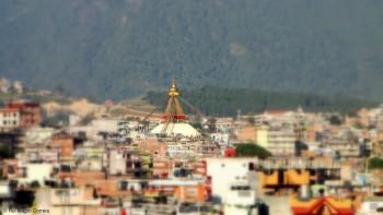 Stupa de Boudhanat destacada na malha urbana de Kathmandu