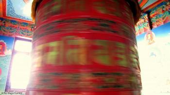 Roda de oração (dungkhor) vermelha em Boudhanat